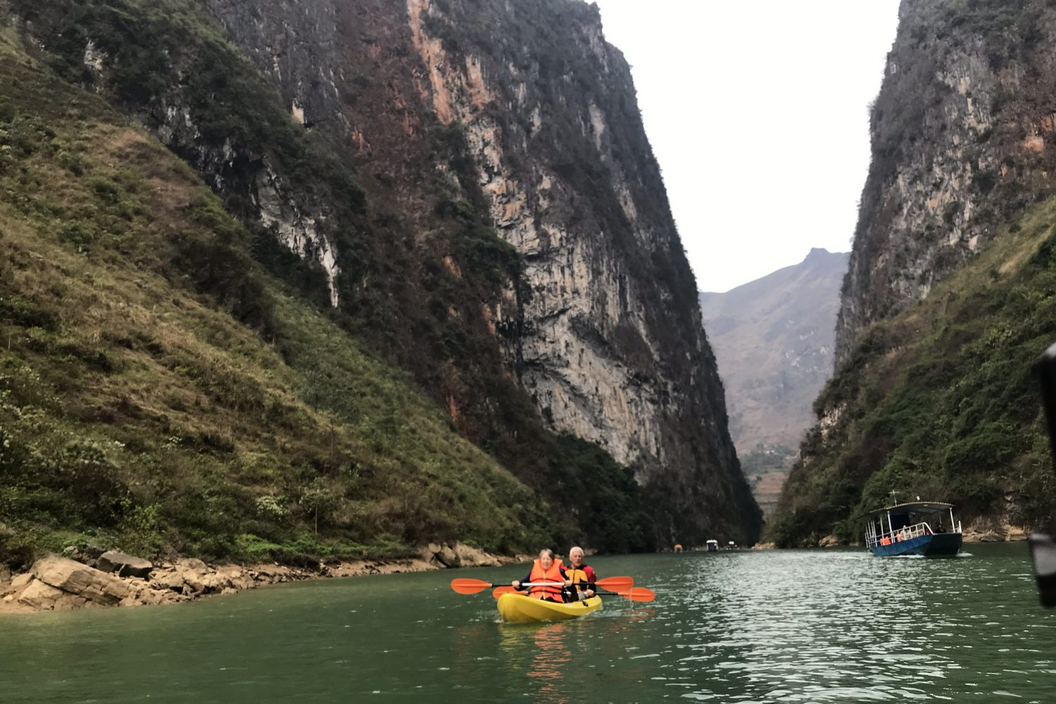 kayak at Nho que river- Ha Giang tour