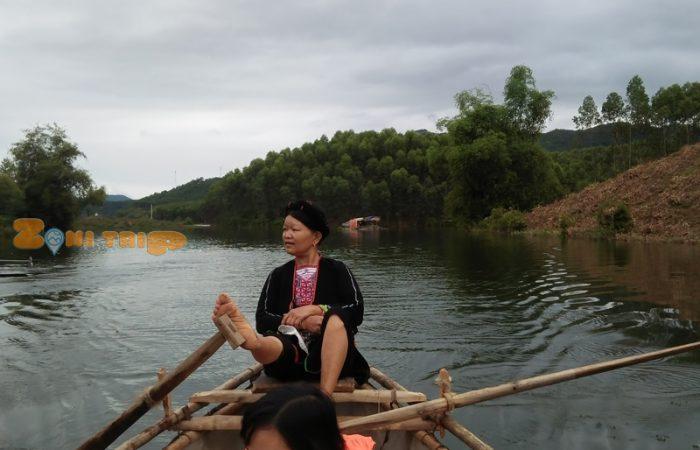 chèo thuyền trên hồ thác bà. zonitrip